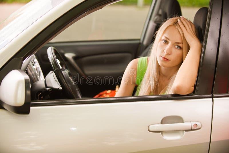 Excitador-mulher do carro na roda fotografia de stock royalty free