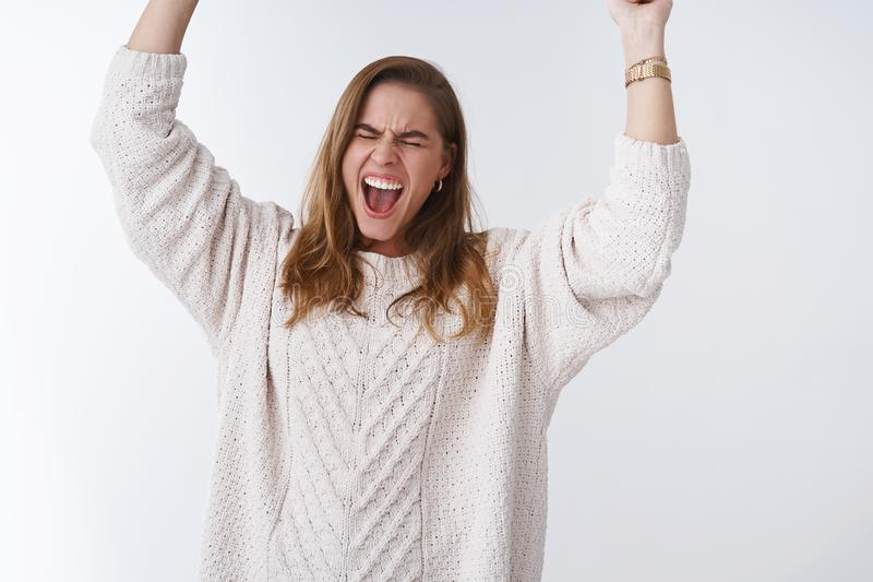 Excitation incontrôlable de bonheur Le portrait a accablé la femme enthousiasmée soulagée satisfaisante heureuse hurlant sauter photo libre de droits