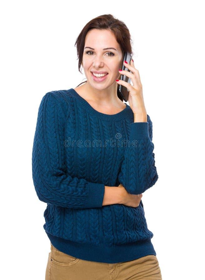 Excite la charla de la mujer en el teléfono celular imagen de archivo libre de regalías