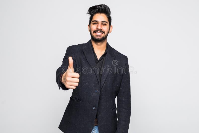 Excited большой палец руки вверх по индийскому бизнесмену в черном костюме изолированном на белой предпосылке стоковые изображения