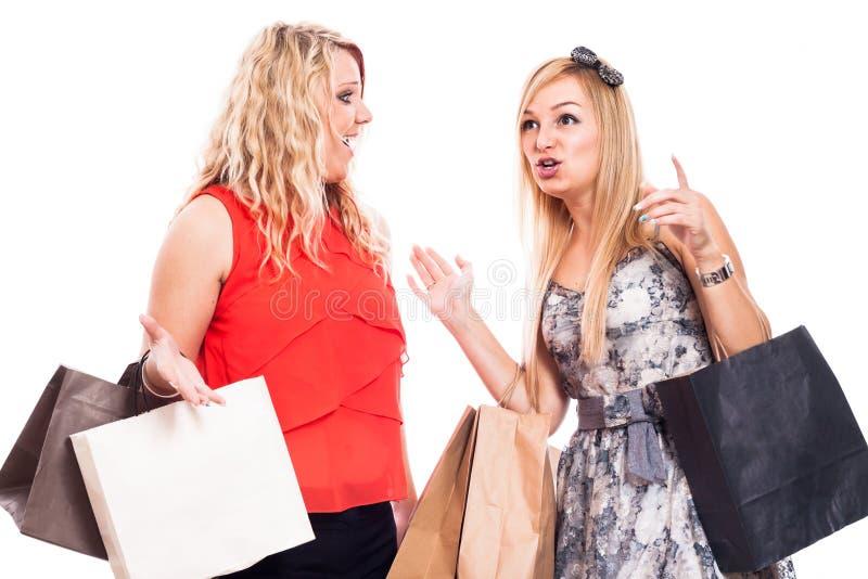 Excited девушки ходя по магазинам и говоря стоковые изображения rf