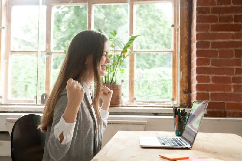 Excited женская счастливая выигрывая онлайн лотерея стоковые фотографии rf