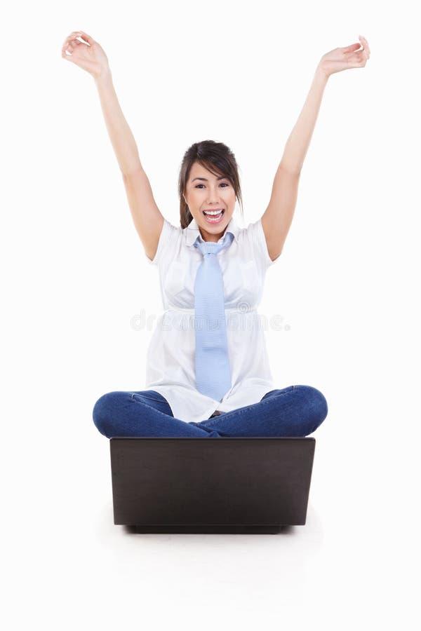 excited женские детеныши компьтер-книжки стоковые изображения rf