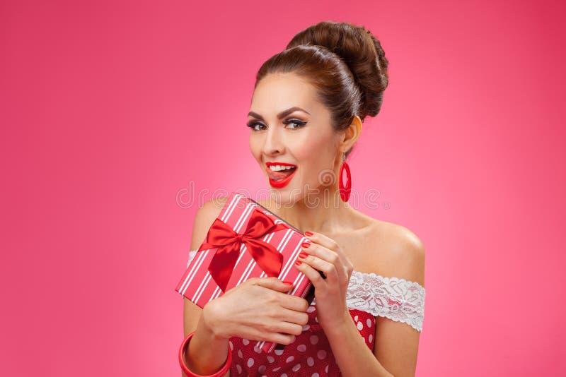 Excited женщина держа подарочную коробку Ретро стиль pin-вверх стоковые фотографии rf