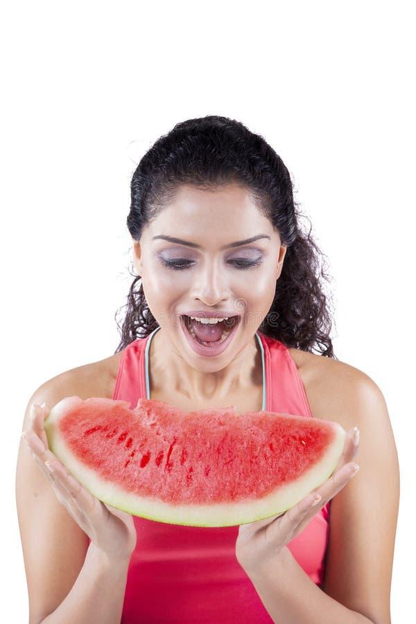 Excited женщина есть сочный арбуз стоковое изображение