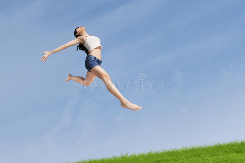 Excited женщина скача сильно стоковое изображение