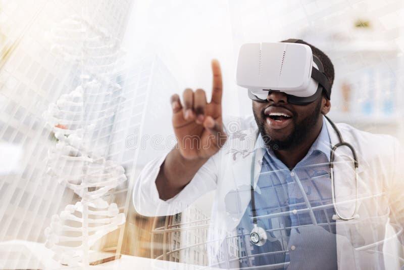 Excited исследователь с маской виртуальной реальности на его голове стоковые изображения