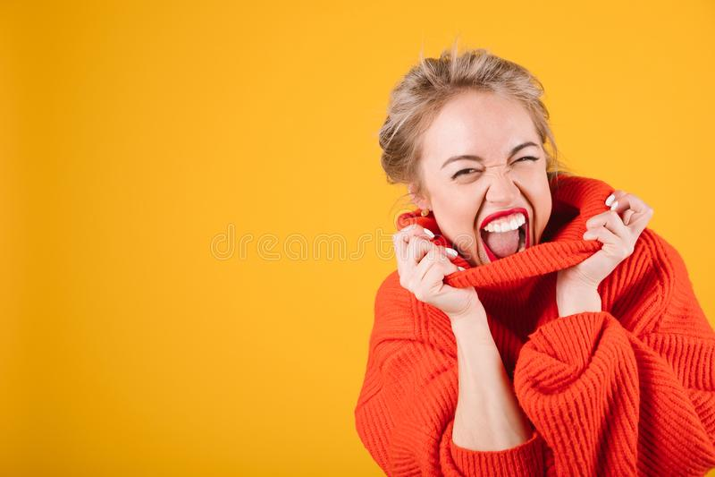 Excited капризный кричащий белокурый портрет женщины в красном шлямбуре на яркой желтой предпосылке стоковые фотографии rf