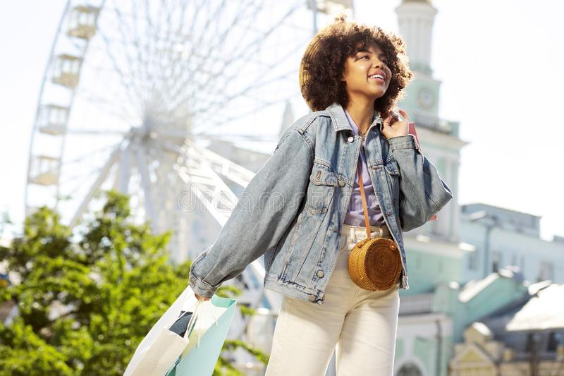 Excited молодая женщина приходя назад от покупок в новом городе стоковые изображения rf