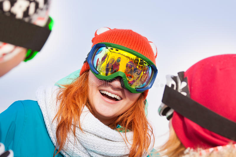 Download Excited молодая женщина в лыжной маске Стоковое Фото - изображение насчитывающей праздник, laughing: 40579992
