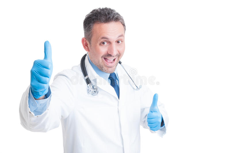 Excited доктор или сотрудник военно-медицинской службы показывая двойник как жест стоковое изображение