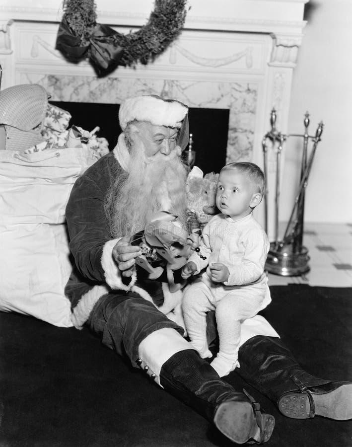 Excited ребенок с Санта Клаусом (все показанные люди более длинные живущие и никакое имущество не существует Гарантии поставщика  стоковое фото