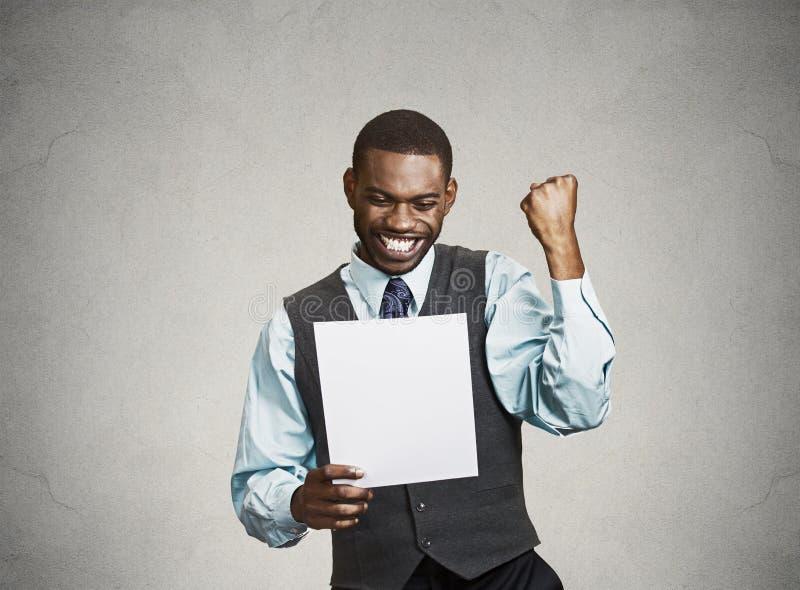 Excited счастливый человек держа документ, получая новости goood стоковое изображение