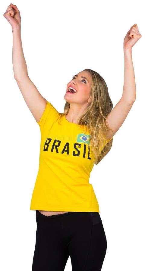 Excited футбольный болельщик в футболке Бразилии стоковые изображения
