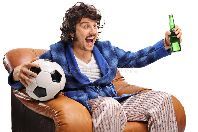 Excited футбольный болельщик смотря игру на ТВ стоковое изображение rf