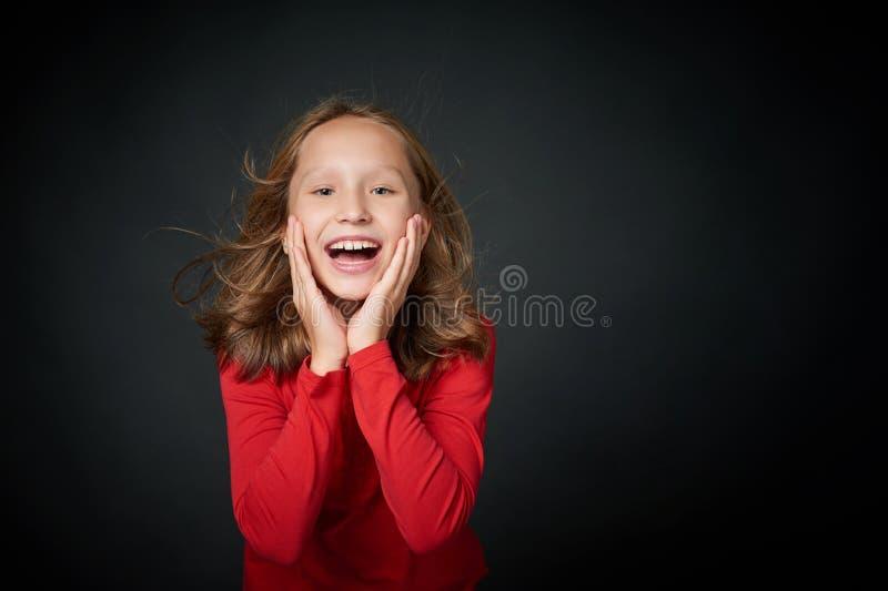 Excited surpreendeu gritar preteen da menina da alegria imagem de stock royalty free