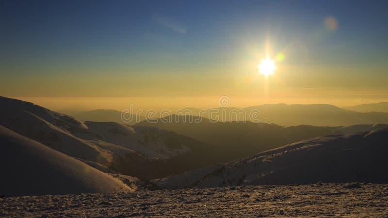 Exciter le coucher du soleil dans les montagnes carpathiennes ukrainiennes photo stock