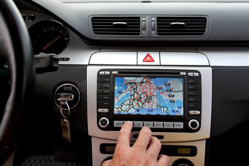 Exclusieve auto, voorruit, dashboard met gps ruit stock foto