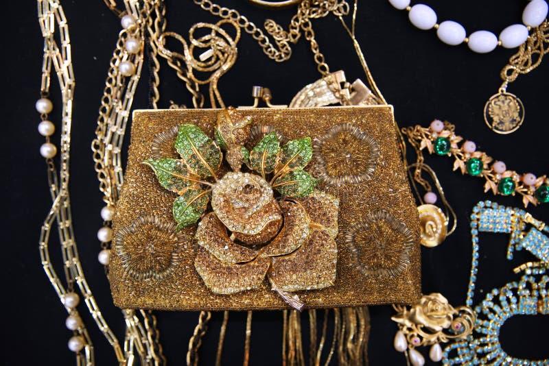 Exclusieve wijnoogst geparelde zak met van de bloembroche en halsband verstand royalty-vrije stock foto