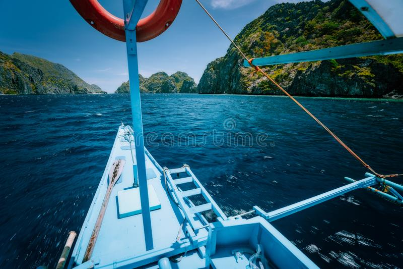 A excursão C da lupulagem de ilha, barco que aproxima lugar turísticos mundialmente famosos do ponto, viagem da excursão do curso imagens de stock royalty free