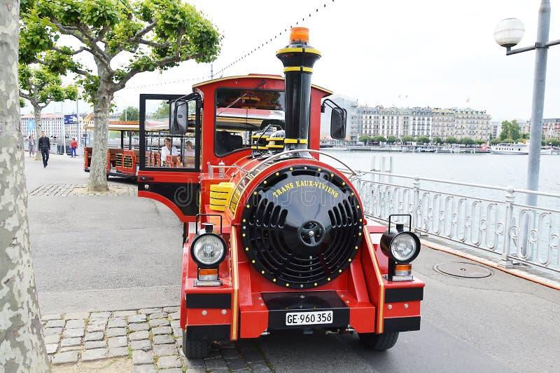 Excursão da cidade pelo mini trem na rua de Suíça de Genebra fotos de stock royalty free