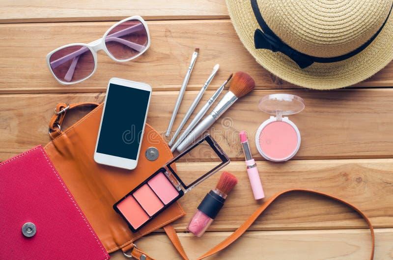 Excursão da menina adolescente, cosméticos do equipamento, acessórios, composição, as sapatas, o telefone esperto, saco, chapéu p imagens de stock