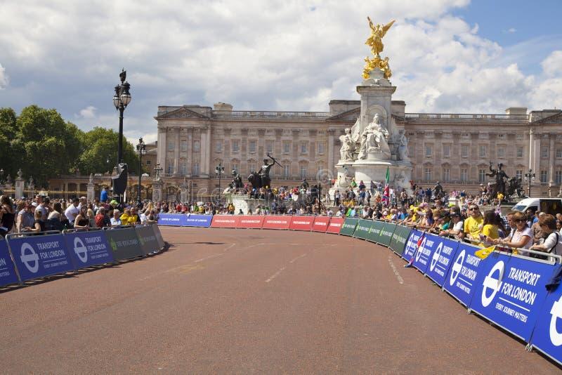Excursão de france Excursão de france Aglomere-se esperando ciclistas no parque verde, perto do Buckingham Palace imagens de stock