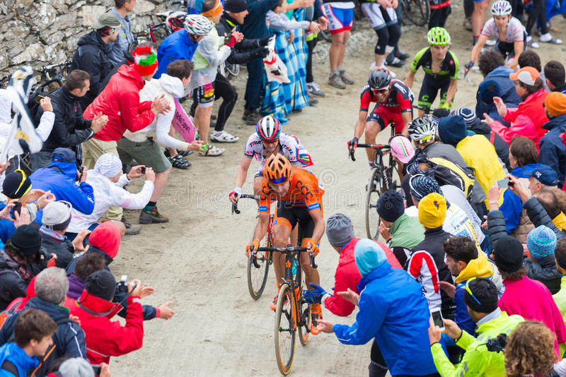 Excursão de Itália: Ciclista que compete na estrada de terra da montanha foto de stock royalty free