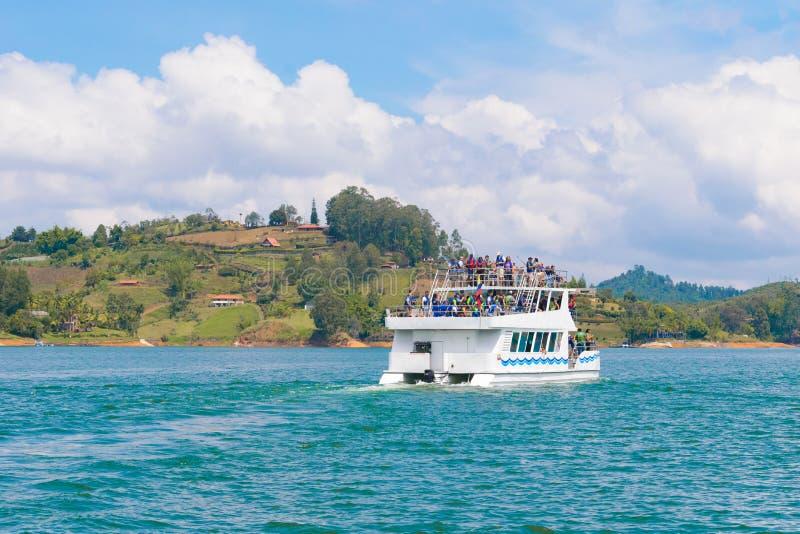Excursão do barco através do lago fotografia de stock