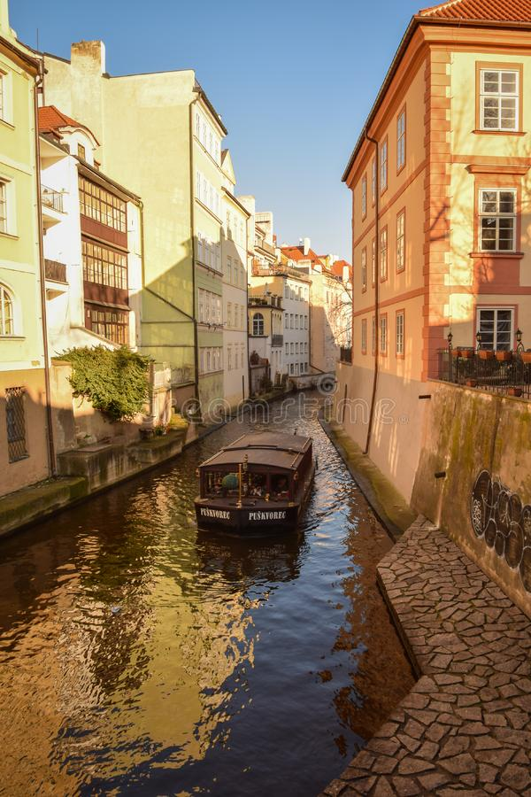 Excursão do barco em Praga, canal de água ÄŒertovka fotos de stock royalty free