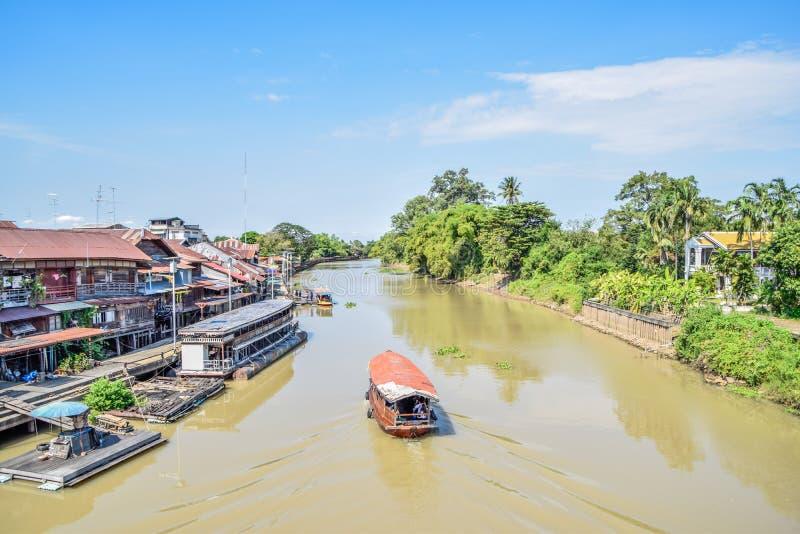 Excursão do barco no rio do campo fotos de stock
