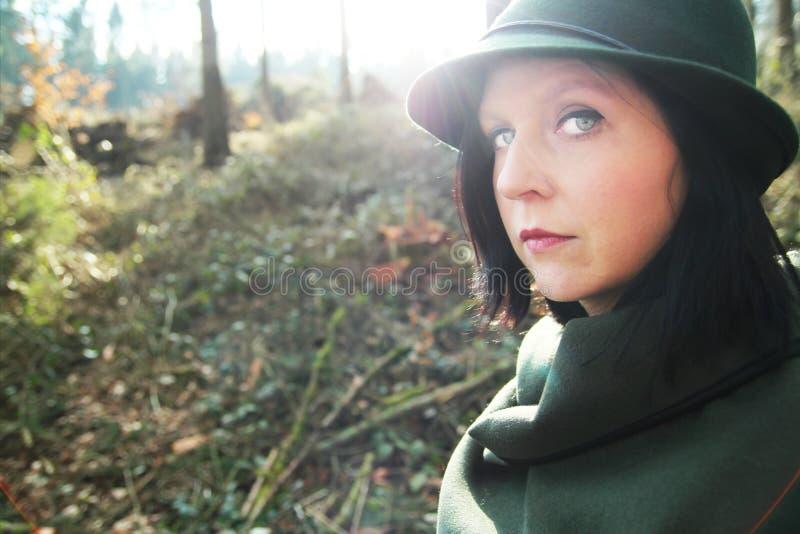 Excursão exterior da aventura no vestido verde com chapéu fotografia de stock royalty free