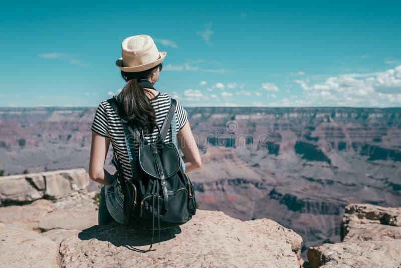 Excursão sightseeing da mulher em Grand Canyon foto de stock