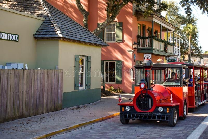 Excursão vermelha do trem na cidade velha na costa histórica de Florida foto de stock royalty free