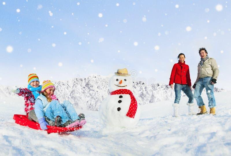 Excursões da família para fora na neve foto de stock royalty free