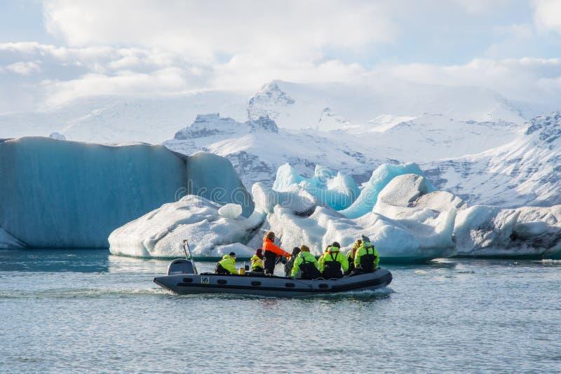 Excurs?o do barco do zod?aco na lagoa do gelo de Jokulsarlon imagem de stock royalty free