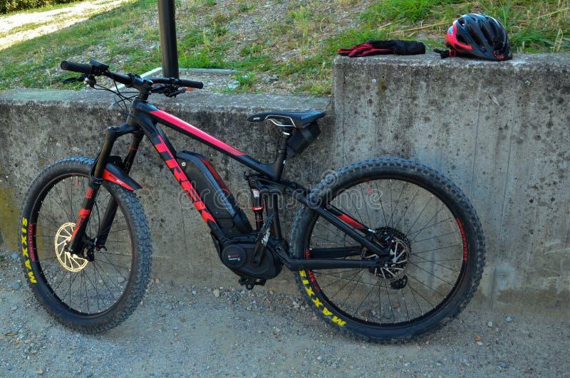 Excursión con la bici de montaña con pedaling eléctricamente ayudado fotos de archivo
