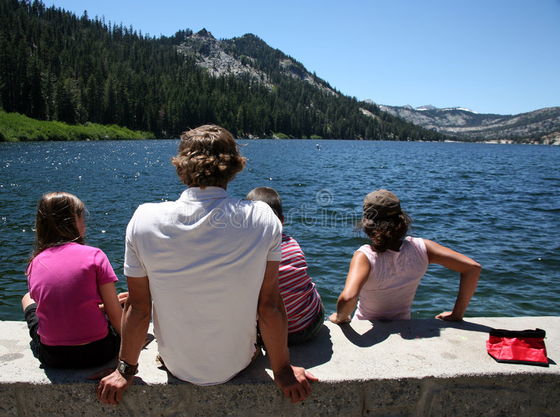 Excursión de la familia al lago fotos de archivo libres de regalías
