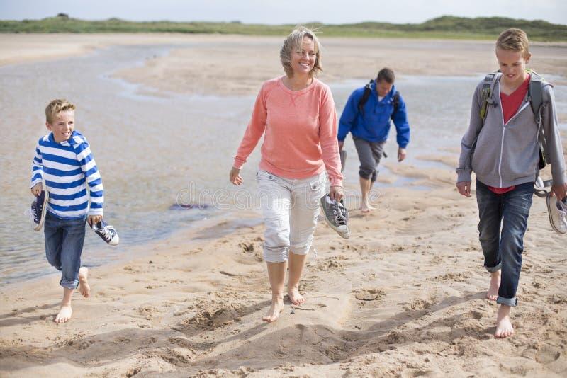 Excursión de la familia a la playa imágenes de archivo libres de regalías