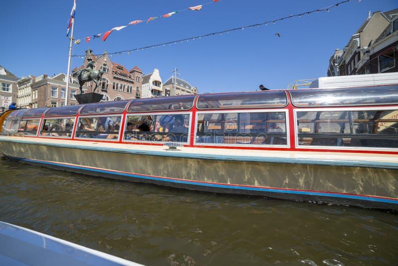 Excursi?n en un barco de placer a trav?s de los canales de Amsterdam imagen de archivo