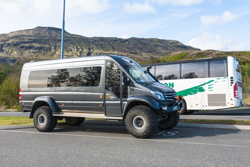 Excursieauto's in parkeerterreinen op Haukadalur-gebied stock afbeelding