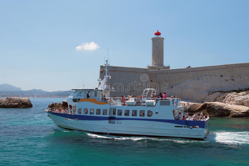 Excursieplezierboten aan Chateau d'If, Marseille, Frankrijk royalty-vrije stock fotografie