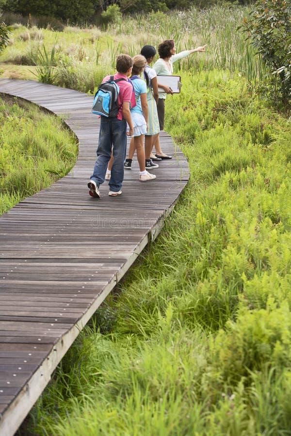 Excursion sur le terrain de With Children On de professeur photo stock