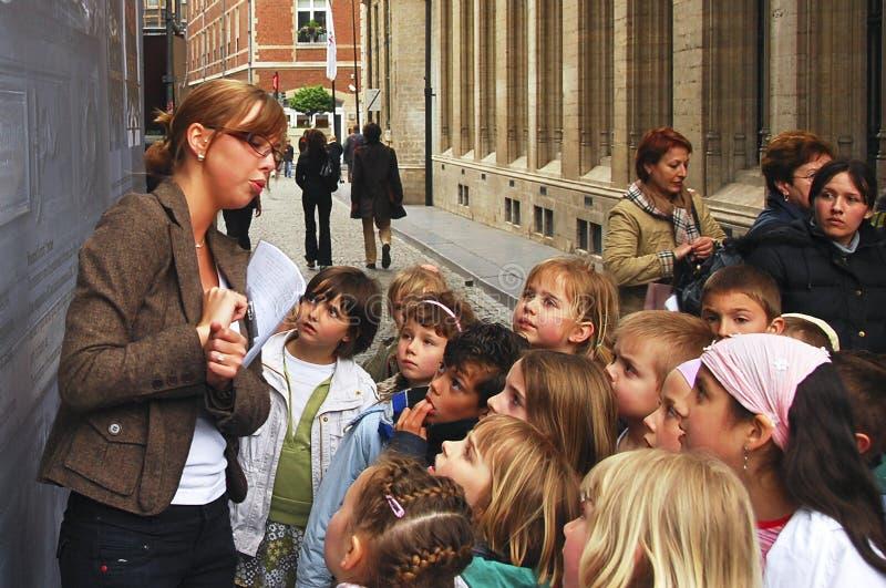 Excursion sur le terrain de professeur et d'enfants image libre de droits