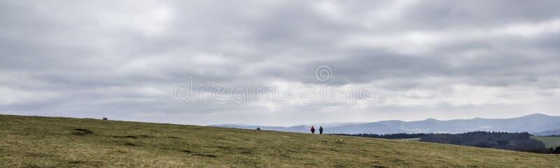 Excursion venteuse sur une montagne photographie stock