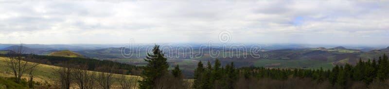 Excursion venteuse sur une montagne images libres de droits