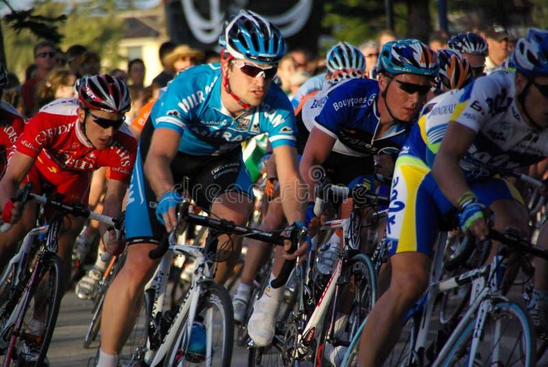 Excursion vers le bas sous des cyclistes photographie stock libre de droits