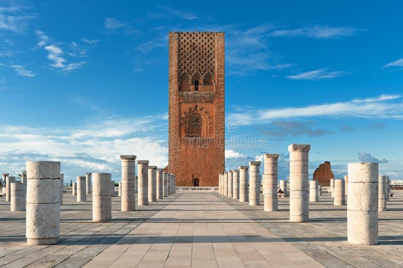 Excursione o quadrado da torre de Hassan em Rabat Marrocos fotografia de stock
