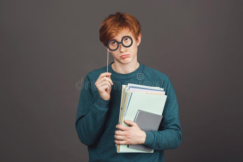 Excuseer me juffrouw, is I ` ll een goede jongens volgende tijd Knappe grappige jonge mannelijke student in groene sweatshirthold royalty-vrije stock afbeelding