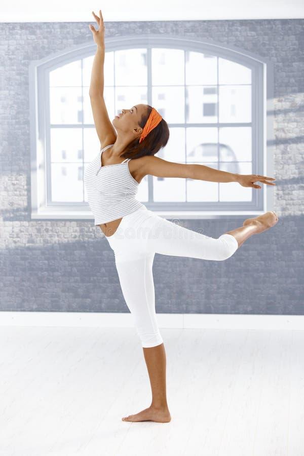 Execução da menina do dançarino de bailado imagens de stock royalty free